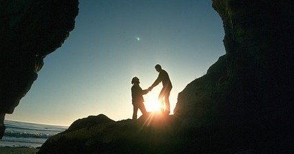手を取り合う2人
