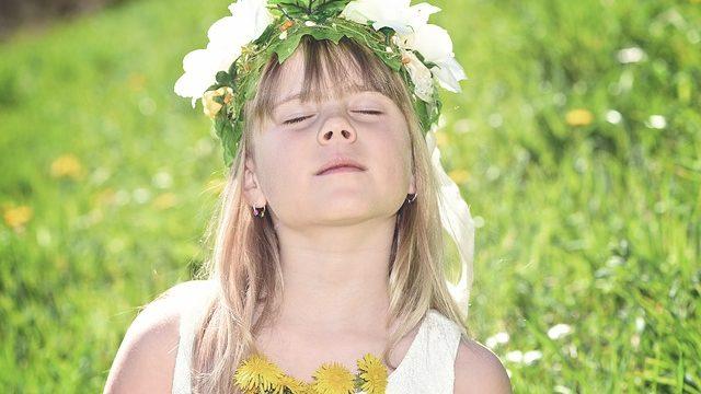目を閉じた少女