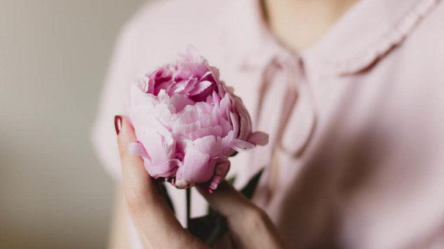 バラと女性