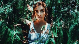 森林の中の美しい女性