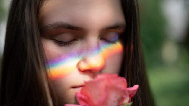 虹と少女とバラ