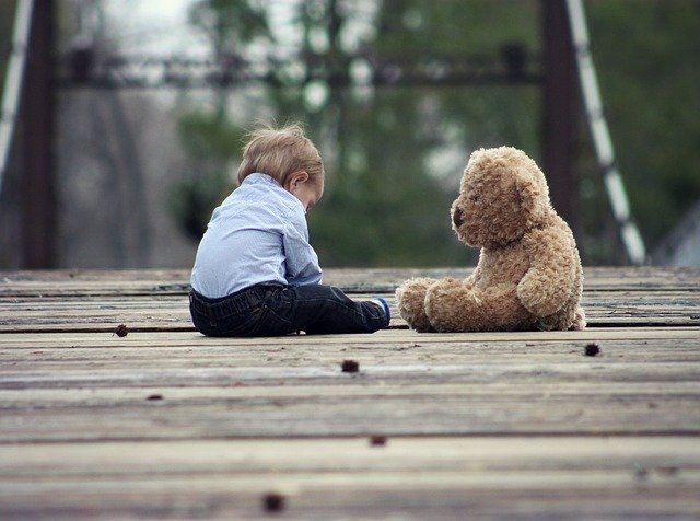 クマの人形と子ども