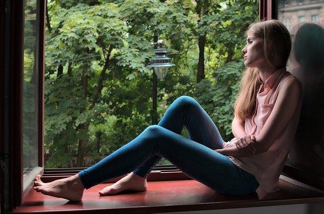 窓辺で自然を眺める女性