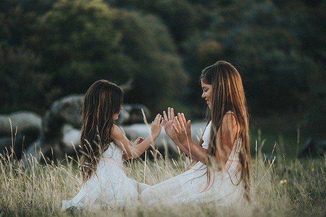 手遊びをする二人の少女