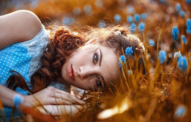 草むらで寝転がる女性