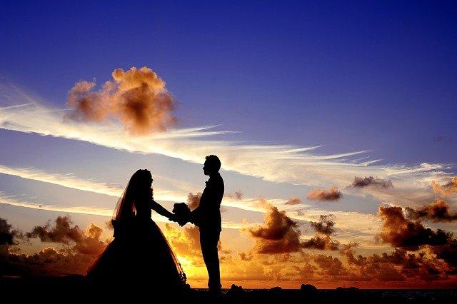 夕日と結婚する二人