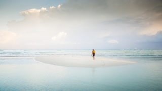 海の中で佇む1人の男性