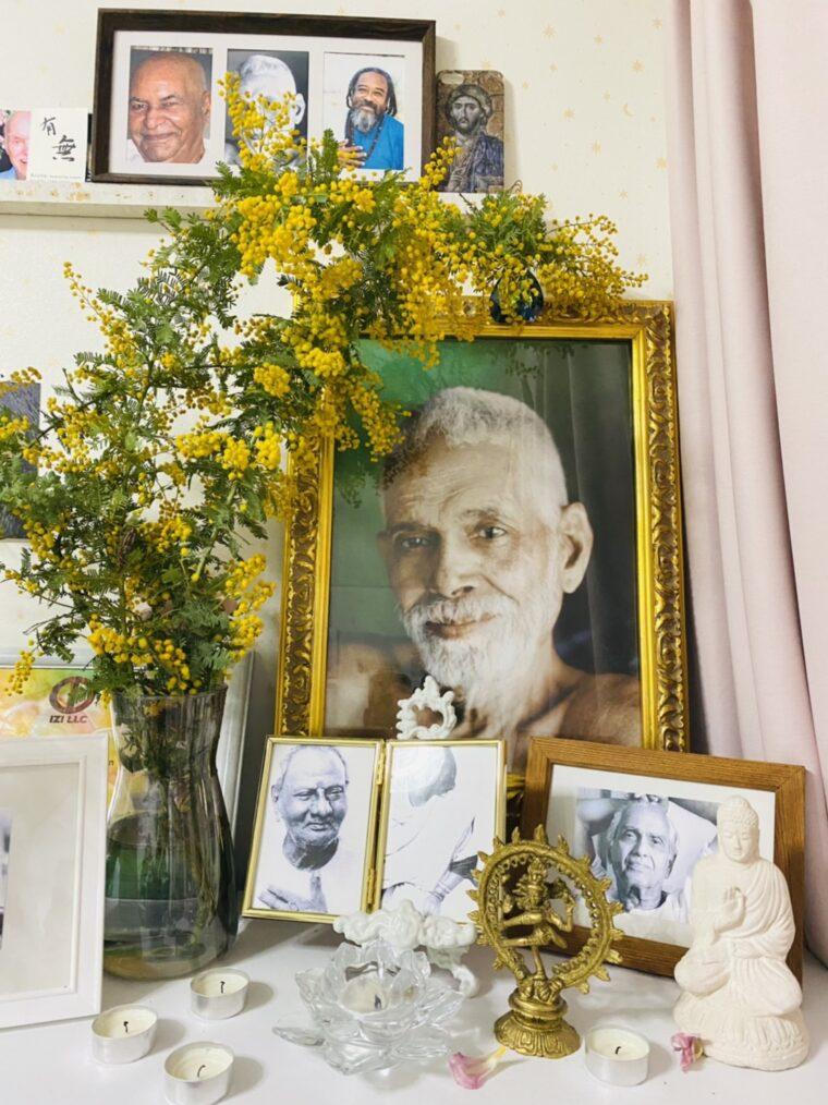 自室に飾られたラマナの肖像