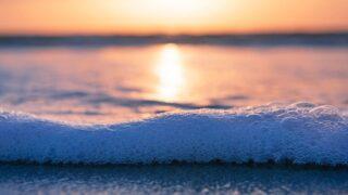 夕焼けと波