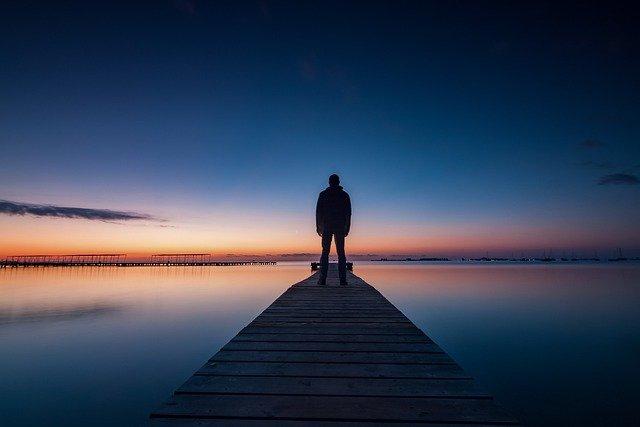 水平線に立つ男性