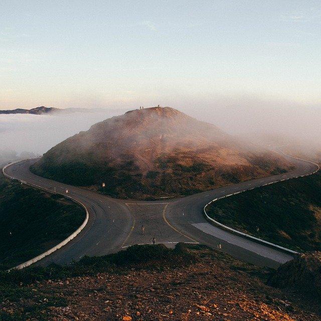 二手に分かれた道路