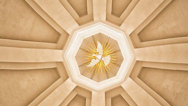 天井に描かれた白い鳩