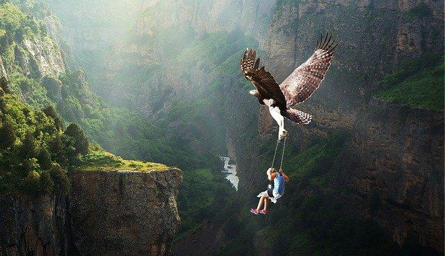 鷹が少女を乗せて飛行する様子