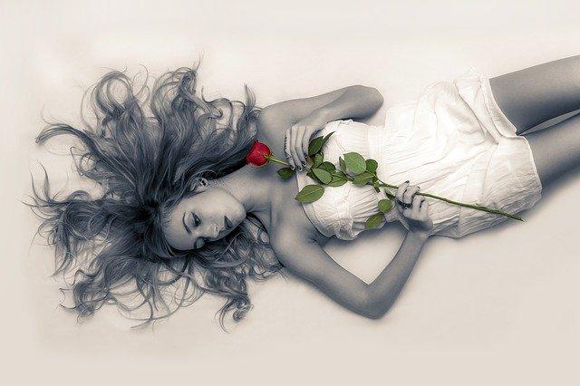 一輪のバラを持った女性