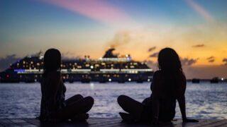 クルーズ船を眺める女性2人