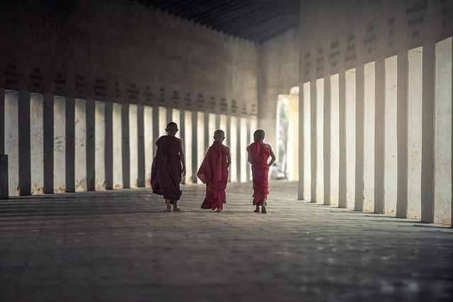 トンネルを歩くチベット僧