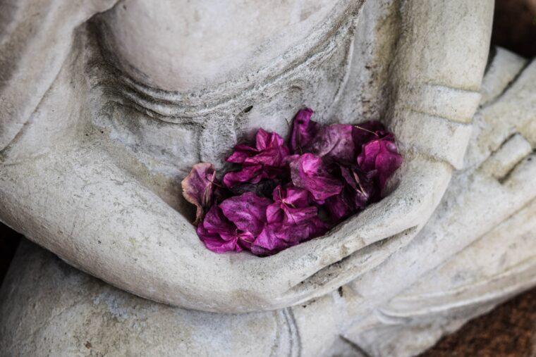 花びらをもった石像