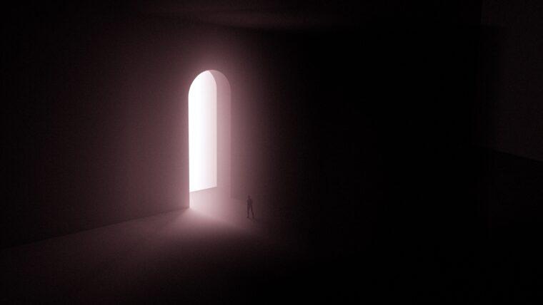 暗闇の中にさす光のトンネル