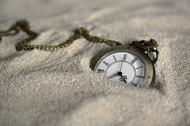 砂に埋まる懐中時計