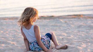 浜辺で海を眺める少女