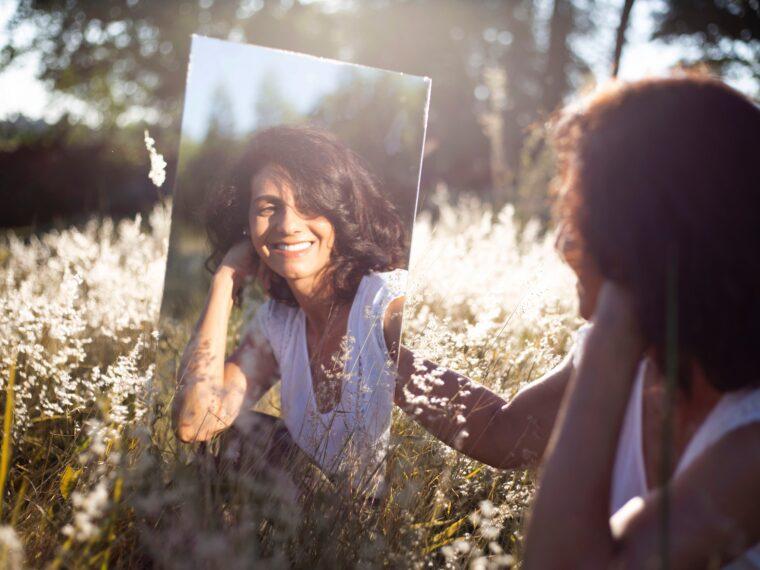 鏡ごしに微笑む女性