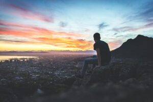 山を眺める男性